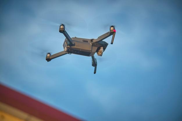Drone en vol d'en bas, car il se déplace vers la direction prédéterminée. drone volant tout en reprenant d'en haut.