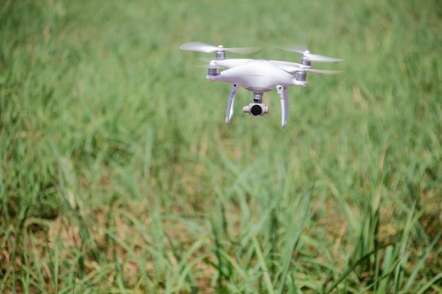 Drone volant au champ concept de technologie dans la ferme.