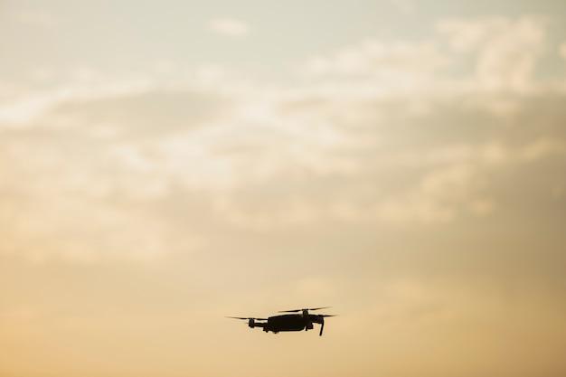 Drone volant au coucher du soleil