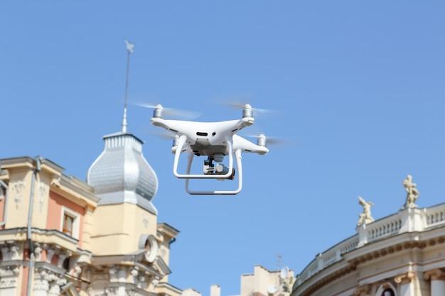 Drone volant dans le centre-ville.