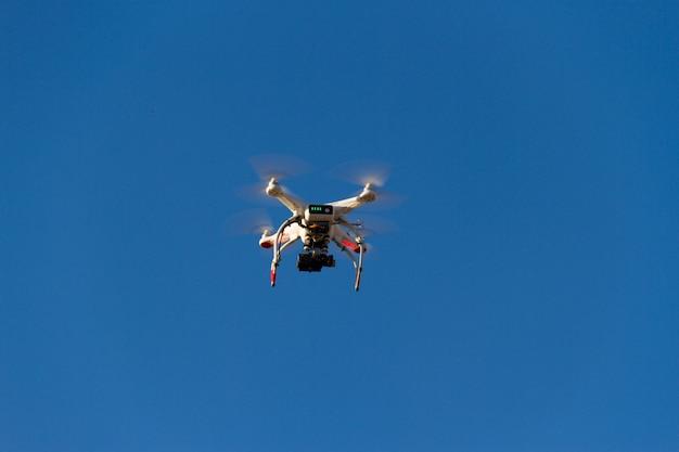 Un drone volant dans le ciel bleu