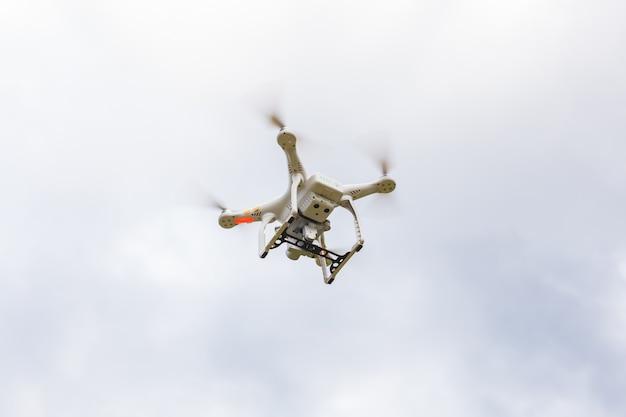 Drone volant dans la nature