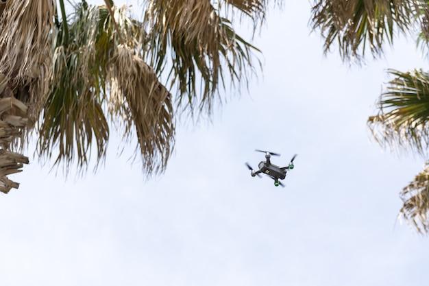 Un drone volant et enregistrant