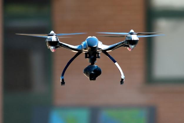 Drone volant près de la maison