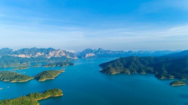 Drone vue aérienne de la forêt tropicale humide de montagne de paysage en thaïlande