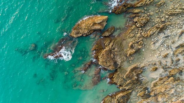 Drone vue aérienne de paysage marin panoramique de la plage à phuket en thaïlande avec la vague se brisant sur les rochers