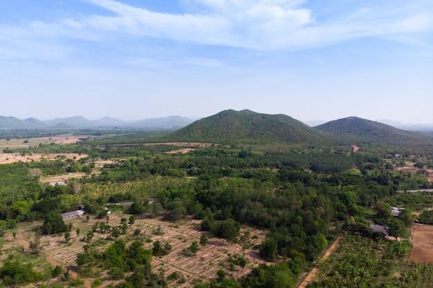Drone, vue aérienne, paysage pittoresque, de, ferme agricole, contre, montagne, et, nature, forêt