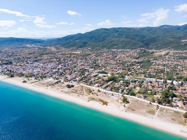 Drone vue sur mer dans le village d'asprovalta grèce