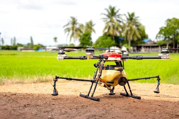 Des drones agricoles survolent les rizières en saupoudrant d'engrais, des photographies haute résolution de drones industriels pulvérisant des produits chimiques sur les rizières et les champs