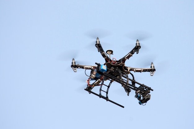 Des drones agricoles volent dans le ciel