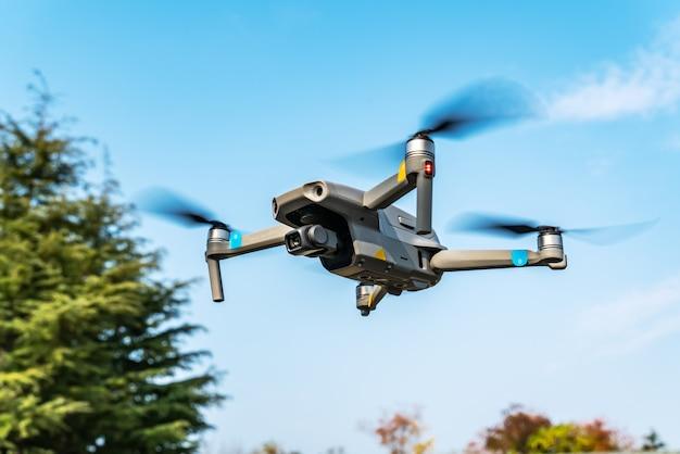 Drones volants dans le parc
