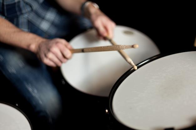 Drummer avec drumsticks vista de cerca