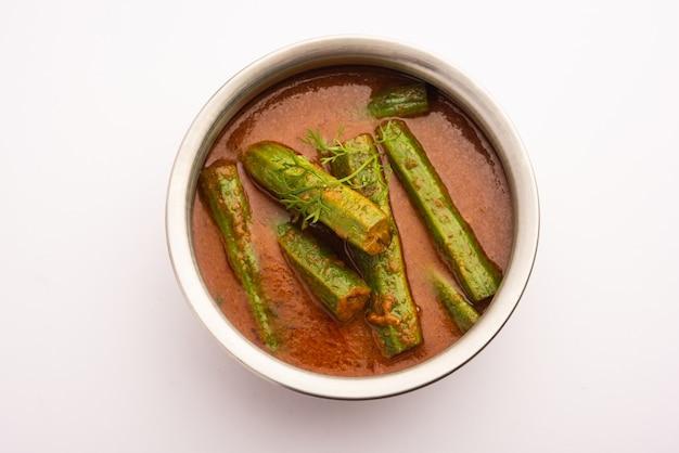 Drumstick curry est une sauce aux légumes ou une recette sèche délicieuse et piquante qui est préparée à l'aide de bâtonnets de moringa et d'épices. nourriture indienne saine