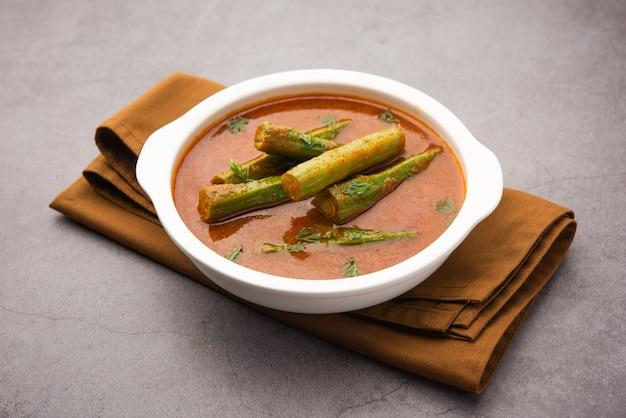 Drumstick curryã'â est une sauce aux légumes ou une recette sèche délicieuse et piquante qui est préparée à l'aide de bâtons de moringa et d'épices. nourriture indienne saine