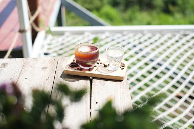 Du café americano glacé est placé sur la table du café.