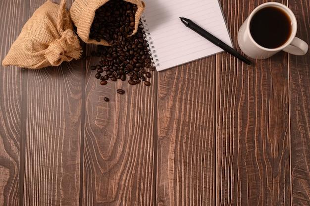 Du café et un cahier sont à votre bureau.