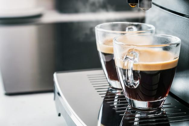 Du café fraîchement préparé est versé de la machine à café