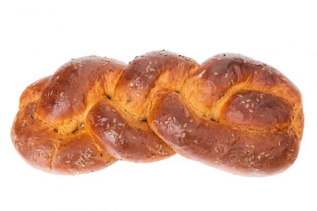 Du pain au four fait maison avec des nattes. sur un gros plan blanc.