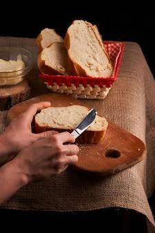Du pain avec du beurre. t de la nourriture faite maison. fermer