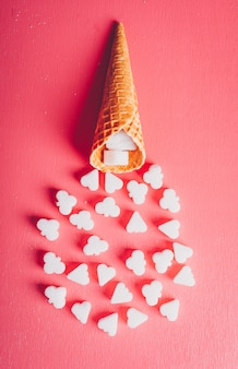 Du sucre blanc dans une gaufre à la crème glacée, vue de dessus.