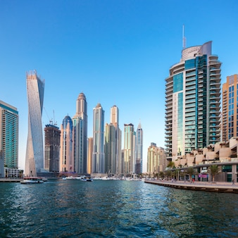 Dubaï, émirats arabes unis - 27 novembre: bâtiments modernes à dubaï marina, dubaï, émirats arabes unis. dans la ville de longueur de canal artificiel de 3 kilomètres le long du golfe persique, prise le 27 novembre 2014 à dubaï.