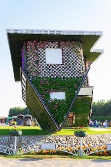 Dubai, émirats arabes unis - décembre 2014: maison inversée avec des fleurs dubai miracle garden à dubaï, émirats arabes unis.