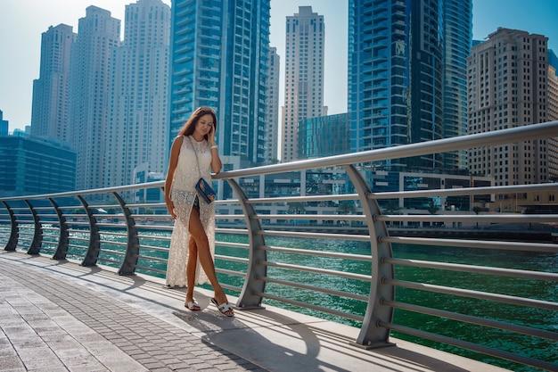 Dubaï voyage touristique femme en vacances à pied