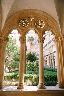 Dubrovnik croatie peut colonnes et arches d'une cour avec un jardin du monastère dominicain