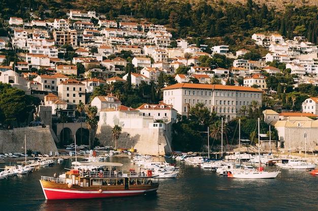 Dubrovnik croatie peut le port du vieux port est porporela près des murs de la vieille ville de dubrovnik