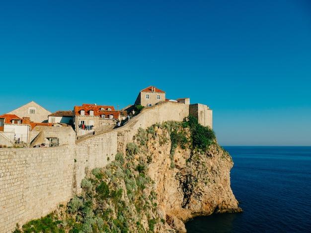 Dubrovnik vieille ville croatie toits de tuiles de maisons église