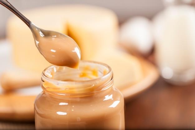 Dulce de leche, (doce de leite) un dessert sucré à base de lait, fabriqué au brésil et en argentine.