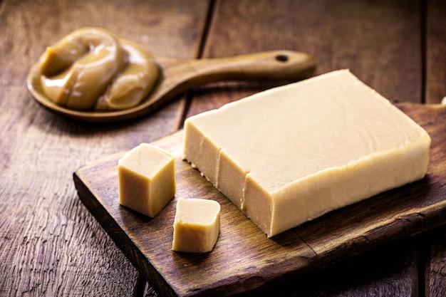 Dulce de leche maison en dés, douceurs typiquement brésiliennes et argentines