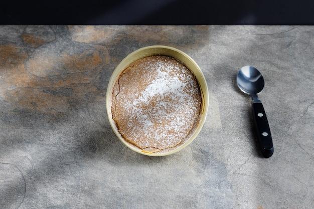Dulce de leche de noël traditionnel de la région de valle del cauca en colombie appelé dulce de manjar blanco emballé dans un récipient d'origine végétale fruit de l'arbre totumo