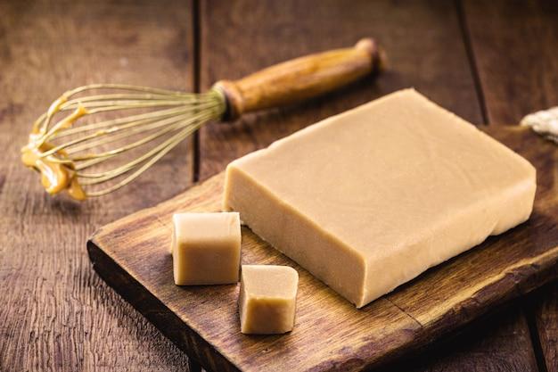 Dulce de lethe brésilien en tablette sur table en bois.