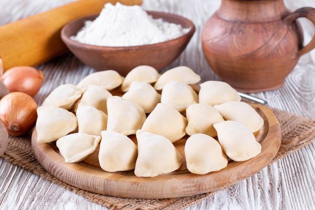 Dumpling cru avec pommes de terre. préparation des boulettes. varenyky, vareniki, pierogi, pyrohy