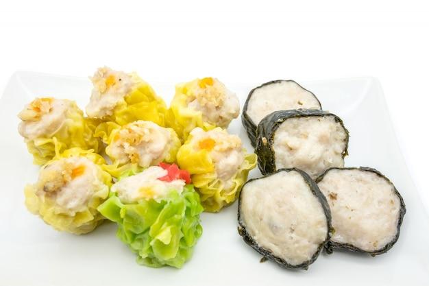 Dumpling à la vapeur chinoise sur la plaque blanche