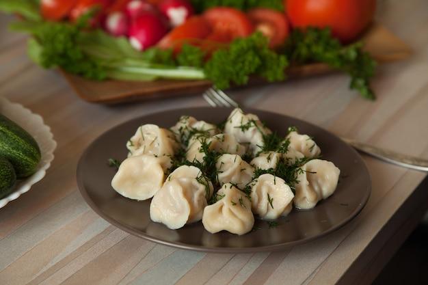 Dumplings aux herbes sur une assiette de légumes