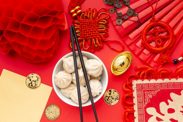 Dumplings avec baguettes et lanterne nouvel an chinois