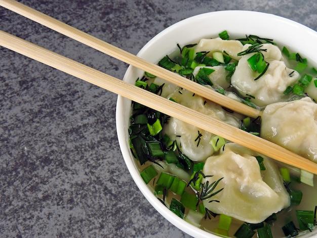 Dumplings en bouillon à la chinoise.