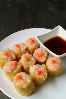 Dumplings chinois cuits à la vapeur aux crevettes et au porc ou shumai