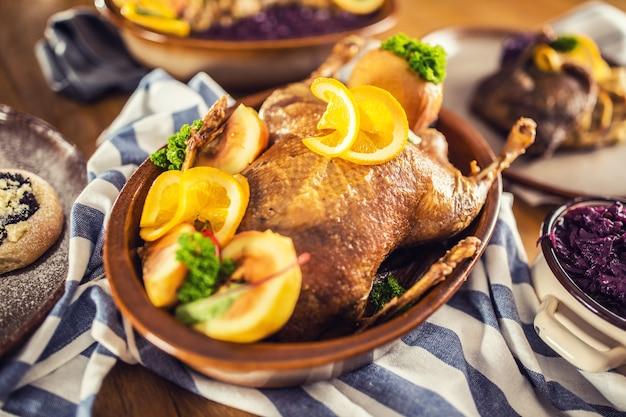 Dumplings de chou rouge au canard de noël rôti, bière pression au foie et petits pains au four.