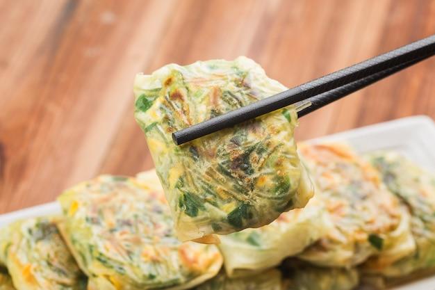 Dumplings à la ciboulette à l'ail frit, boulette à la vapeur farcie à la ciboulette à l'ail, dim sum à la ciboulette à l'ail,