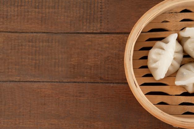 Dumplings dans un bateau à vapeur en bambou