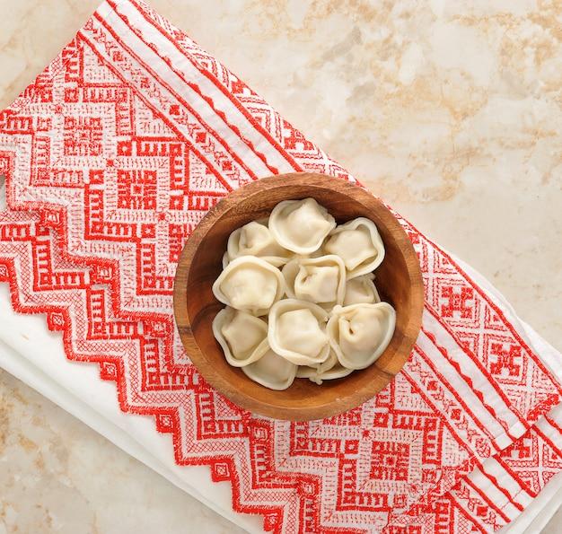 Dumplings dans un bol en bois