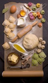 Dumplings, farcis de viande, raviolis, pelmeni. dumplings avec garniture. aérien, horizontal