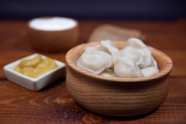 Dumplings farcis à la viande sur une table en bois, raviolis.