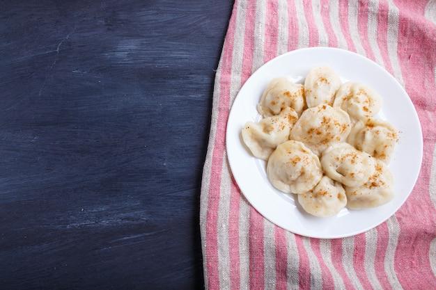Dumplings sur une nappe en lin
