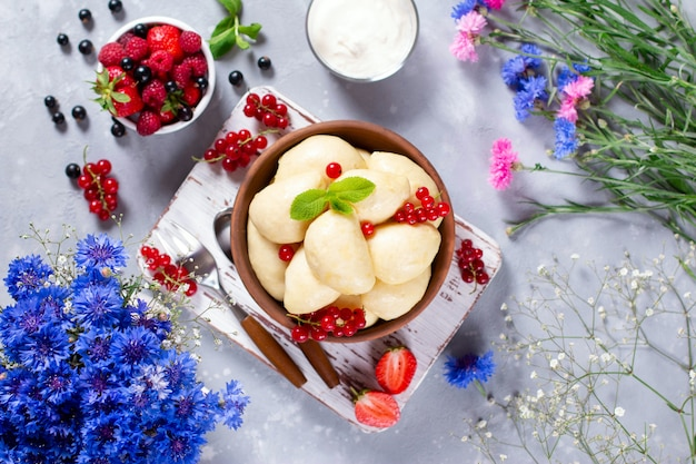 Dumplings remplis de fromage cottage et de fruits