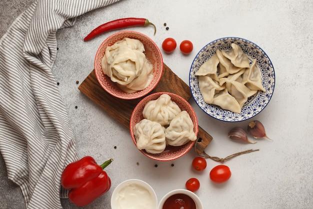 Dumplings semi-finis préparés sur table