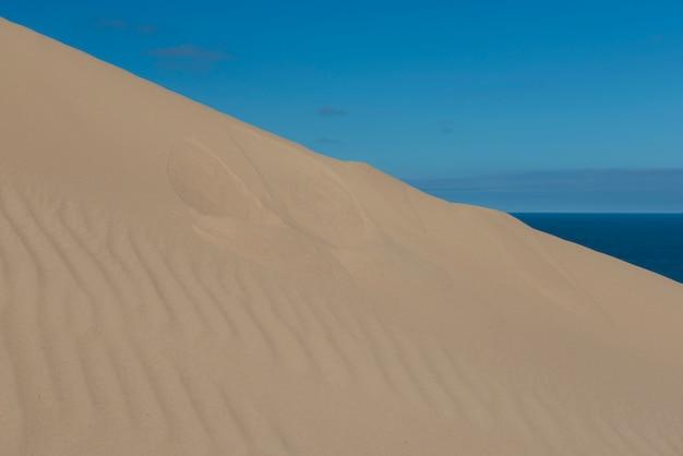 Dune de sable et ciel bleu